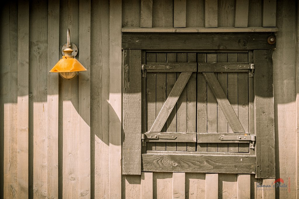 Wood wall and the lamp
